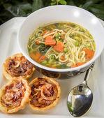 Nudeln suppe mit zwiebel-torten — Stockfoto