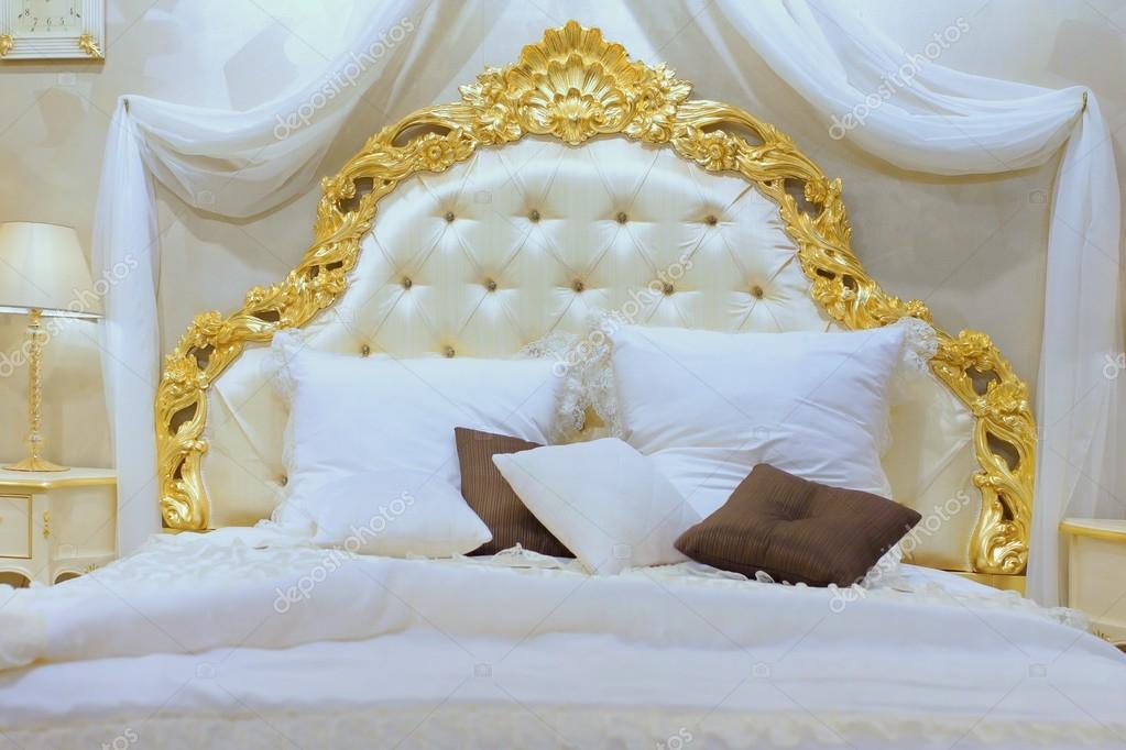 Luxuosa cama queen size com cabeceira de ouro modelados for Imagenes de cama queen size