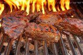 Bife na grelha para churrasco com chamas. — Fotografia Stock