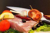 Natura morta con carne, pomodoro e coltello sul tagliere — Foto Stock