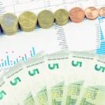 monedas de euro y composición de los billetes de 5 euros — Foto de Stock