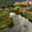 Pueblo de Besalú y río Fluvià — Stock Photo