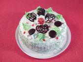 Ciasto z kremowo-białym, wiśni i czekolady — Zdjęcie stockowe