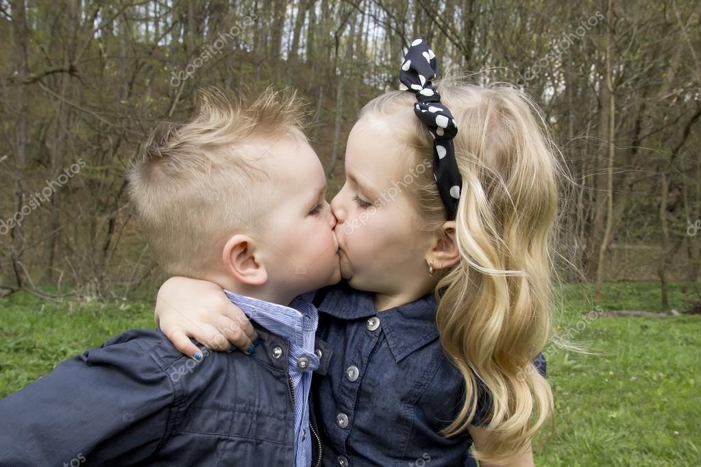 392Фото как целуются мальчик и девочка взрослые