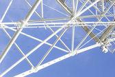 башня связи против голубого неба вокруг — Стоковое фото