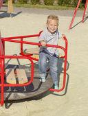 Menino de carona em um balanço — Fotografia Stock