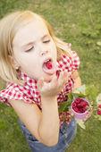 Flicka med hallon i hennes handen — Stockfoto