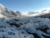 The world's largest glacier Khumbu originating from the highest — Stock Photo