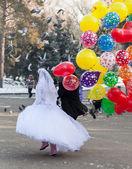 İki sevgili, kış, buz pateni, gülümseme düğünü — Stok fotoğraf