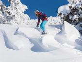 アクティブな冬の休日、スキーやスノーボード — ストック写真