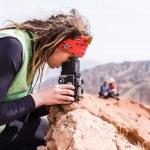 Photographer walks in the mountains and photographs neighborhood — Stock Photo
