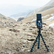 Photographer walks in the mountains and photographs neighborhood — Stock Photo