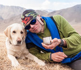 A man walks by Gore with labrador dog — Stockfoto
