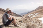 A man outdoors, walking in the mountains and enjoy the sights — Stock Photo