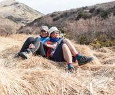 Пара в любви, прогулки в горах — Стоковое фото