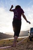 Homem a andar no sling ao pôr do sol — Fotografia Stock
