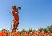 Człowiek działa na kwitnące pole maków — Zdjęcie stockowe