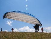 人们去他们第一次飞行在滑翔伞上 — 图库照片