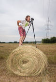 Photographer in the field in the manger — Foto Stock