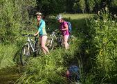 Ludzi podróży rowerem na pustynię — Zdjęcie stockowe