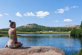Pessoas se banhar em um lago de montanha cênica — Fotografia Stock
