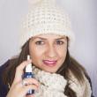 mladá žena pomocí krční spreje — Stock fotografie