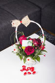 Red roses in the basket with a greeting card — Stockfoto