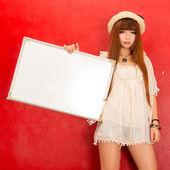 Moda menina de chapéu com um tabuleiro vazio e em branco — Foto Stock