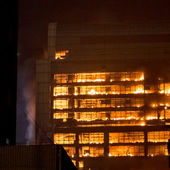 15 12 2013 Guangzhou China building on fire big fires news — Stock Photo