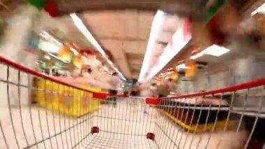 Супермаркет торговый промежуток времени торговые тележки — Стоковое видео