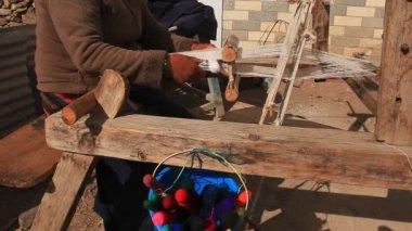 Femme tissant une écharpe traditionnelle. — Vidéo