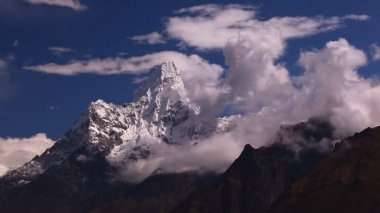 Ama Dablam peak (6856 m) in Himalayas. — Stockvideo