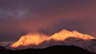 Movement of clouds over Dhaulagiri peak (8167 m) at sunrise in Himalayas. Time Lapse. — Stok video