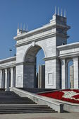 Arch clad with white marble at the Square of Independence in Astana — Stock Photo