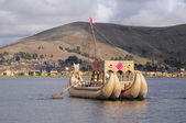 Indians sail by the handmade boat. — ストック写真