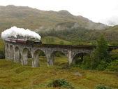Train à vapeur sur le viaduc de glenfinnan. — Photo