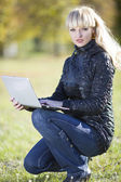 Beautiful young girl outdoors with laptop — Foto de Stock