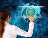 Affärskvinnor trycka på en knapp på en pekskärm gränssnitt — Stockfoto