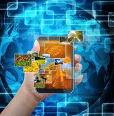 Holding mobile téléphone intelligent avec fond de technologie mondiale — Photo