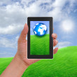 mobilní telefon v ruce a země ze slunečného dne — Stock fotografie