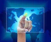 Podnikání žen stlačením tlačítka na dotykové obrazovky rozhraní — Stock fotografie