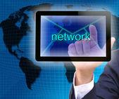 Biznesmen ręcznie, naciskając przycisk sieć na interfejs ekranu dotykowego — Zdjęcie stockowe