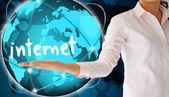 Internet a segurar na mão, conceito criativo — Fotografia Stock