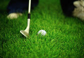 Chipping a golf ball onto the green — Stock Photo