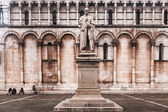 Statue of Francesco Burlamacchi with church of San Michele — Stock Photo