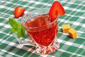 Eistee mit erdbeeren und minze — Stockfoto