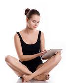 Kvinna med tablet pc, arbetar med beröring skärm. — Stockfoto