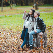 Man and his pregnant wife walks in the autumn park — Stock Photo