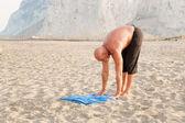 Mutlu ve başarılı bir adam pratik yoga — Stok fotoğraf