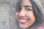 Mladá žena tvář a sněhové vločky — Stock fotografie